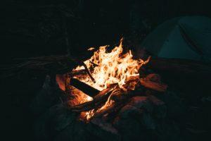 なぜ、「焚き火」がブームになったのか?おすすめ焚き火台・場所も紹介!2